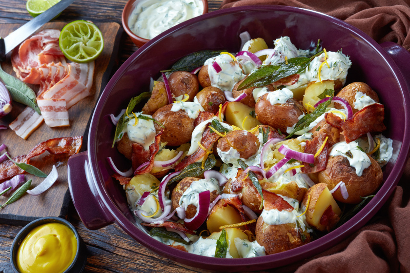 Baconös, lila hagymás újkrumpli sütve: ínyenc öntettel még jobb