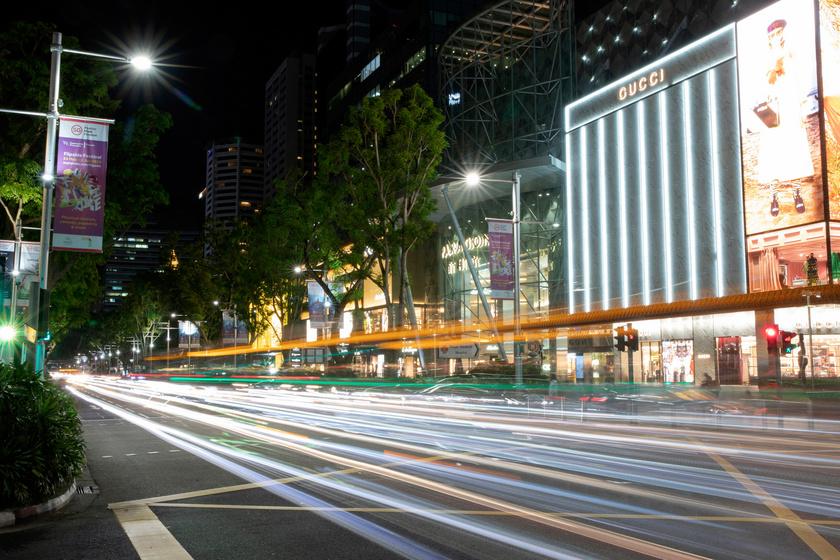Esti fényárban úszó épület Szingapúr Orchard Road bevásárlónegyedében. Az ország számos pontján éjjel is szinte nappali világosság van.