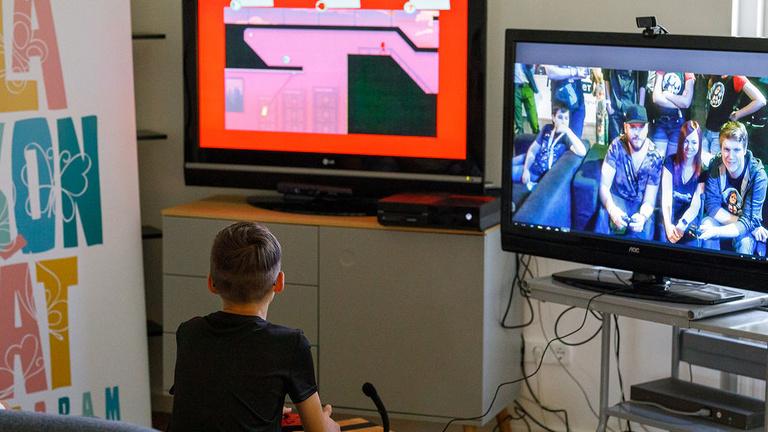Gamer sztárokkal játszottak a Szent László Kórház gyermek csontvelő-transzplantációs osztályának betegei