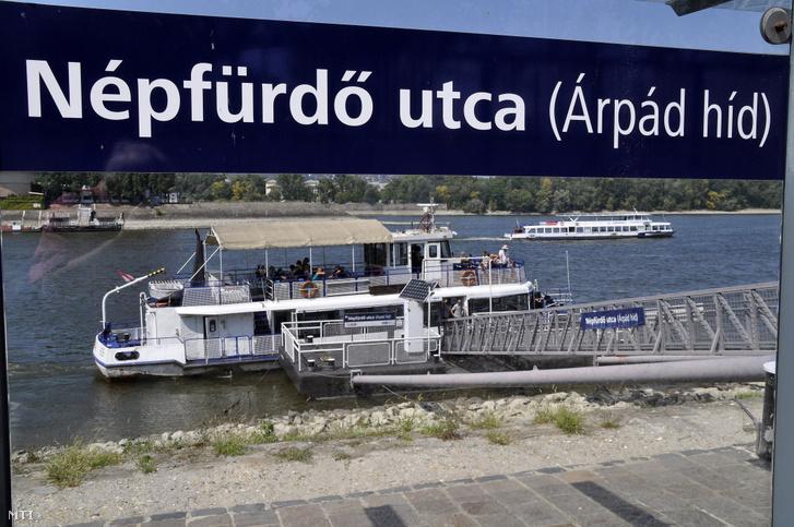 A Budapesti Közlekedési Vállalat (BKV) hajójárata a XIII. kerületi Népfürdő utcánál (Árpád híd)
