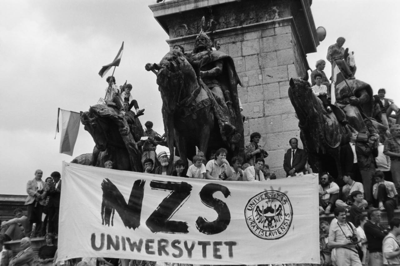 Vidékről célvonatok indultak az újratemetésre, de például Szegeden és Debrecenben helyi megemlékezések is voltak. Június 16. péntekre esett, egyes munkahelyek munkaszüneti napot adtak, máshol szabadnapot kellett kivenni. Tudósított a nyugat-európai és az amerikai sajtó, a képek szerint a lengyel wroclawi egyetem diákjai is megérkeztek: a Szolidaritás–mozgalom ifjúsági különítménye.
