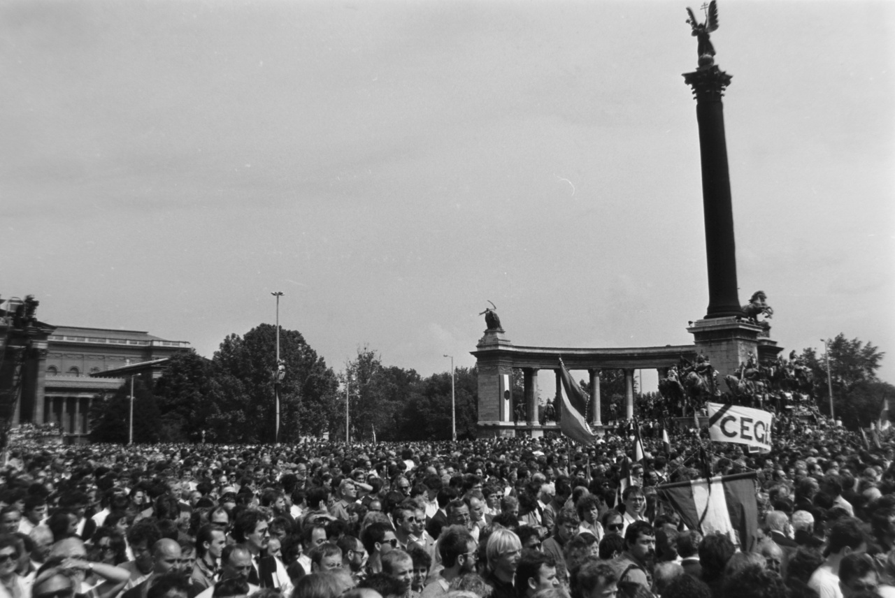 """Állítólag Grósz Károly, az MSZMP főtitkára és miniszterelnök 1988 júliusában amerikai körútján még azt válaszolta Soros György """"Na és mit csinál, ha az emberek az utcára mennek?""""-kérdésére, hogy """"Közéjük lövetek"""".  És volt, aki valóban tartott ettől. Göncz Árpád későbbi köztársasági elnök, volt '56-os elítélt és a gyászszertartás egyik szervezője szerint """"Budapesten az emberek nem kenyeret vásároltak, hanem élesztőt"""". """"Nekem megölték az anyámat, az apámat, nekem nem élnek a gyerekeim, ha holnap vér fog folyni, az Isten verje meg magukat, az Isten verje meg magukat!"""" – mondta neki egy ismeretlen június 15-én."""