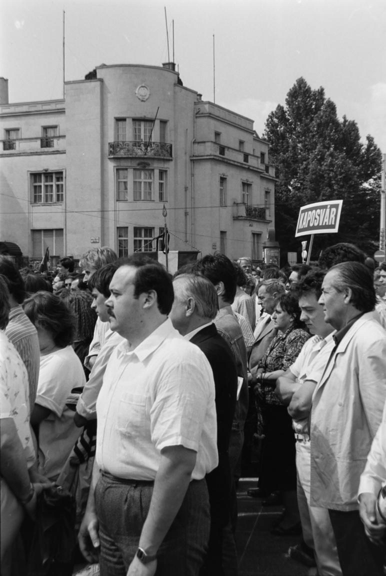 Az egykori jugoszláv nagykövetség épülete a Hősök tere sarkán, a fehér inges férfivalA forradalom leverése után Nagy Imrének és közvetlen munkatársainak Tito kormánya menedékjogot adott a budapesti jugoszláv nagykövetségen. 1956. november 22-én hagyták el az épületet, bízva a Kádárnak a szabad távozásra adott írásos ígéretében. A szovjet katonák azonban őrizetbe vették és Romániába deportálták őket. Nagy Imrét 1957 áprilisában hozták vissza Magyarországra, perének titkos, a Szovjetunióval egyeztetett tárgyalásai 1958-ban kezdődtek.