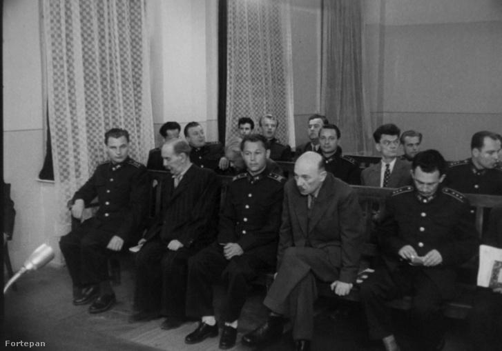Fő utca 70-78., tárgyalóterem a katonai bíróság épületében. A Nagy Imre és társai elleni per vádlottjai. Filmkocka a tárgyaláson készült felvételből.