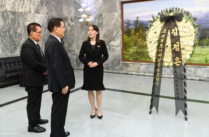 Kim Jodzsong átadja a virágot az elhunyt dél-koreai ex-first lady temetésére 2019. június 12-én a demilitarizált övezet észak-korai felén