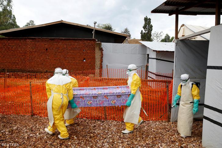 Ebola áldozatot szállítanak a hamvasztóba a kongói Butembóban 2019. március 28-án