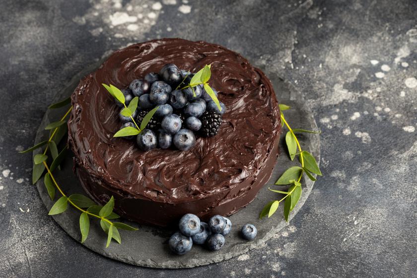 Pompás csokitorta áfonyával: nem csak szülinapra