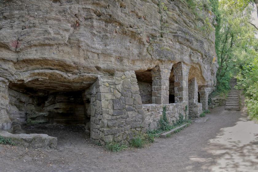 Titokzatos sziklaházak Tihanyban: a 14. század óta üresek a remetelakok