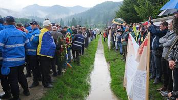 Bírságot szabott ki a román csendőrség az úzvölgyi temetőnél tartott székely élőlánc miatt