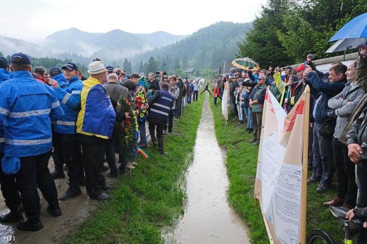 Hargita megyei magyarok akik élőláncot alkotva próbálták megakadályozni hogy ortodox szertartás keretében felszenteljék a temetőben törvénysértően létesített román emlékművet és parcellát 2019. június 6-án. A románok erőszakkal bevonultak és megtartották a szertartást.