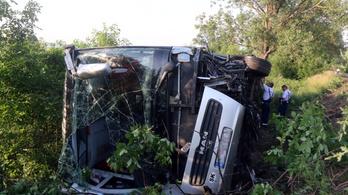 Kisbusz ütközött össze egy autóval Taktaharkánynál