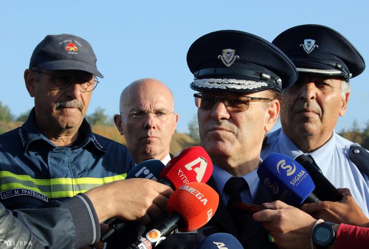 Kiprosz Mihaelidész új ciprusi rendőrfőnök (k) nyilatkozik a sajtó képviselőinek a fõváros Nicosia környékén fekvő Mitsero falu melletti mesterséges tónál 2019. május 7-én. A ciprusi hadsereg 35 éves századosa a közelmúltban bevallotta öt felnőtt nő és két leánygyermek megölését és megmutatta a tavat mert ennek vizében rejtette el a holttesteket.