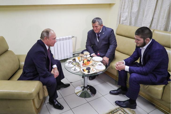 Vlagyimir Putyin egy találkozón Habib Nurmagomedovval és edzőjével 2018. október 10-én.
