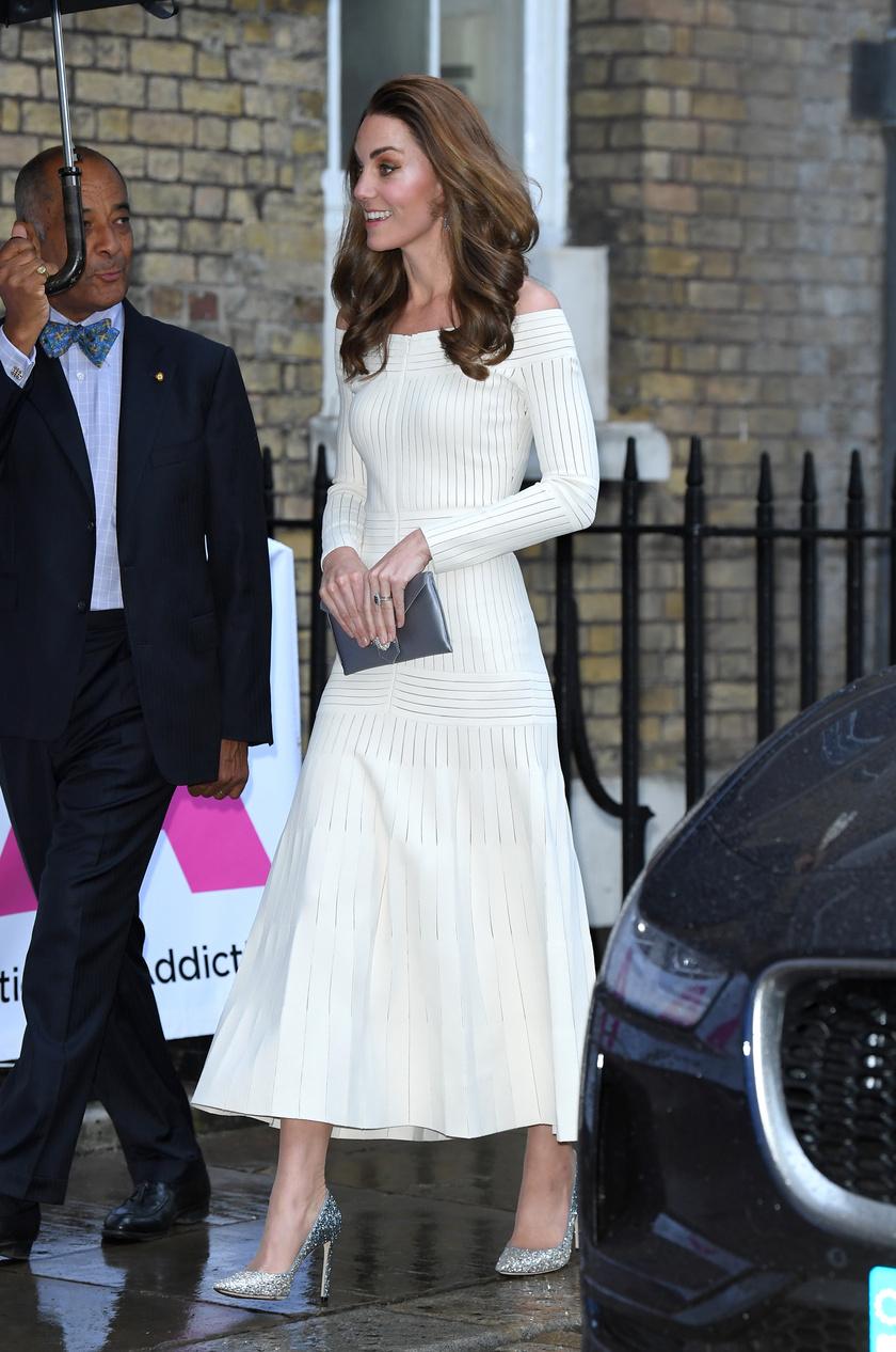 Katalin hercegné meseszép volt tegnap este, amikor indult a gálavacsorára.