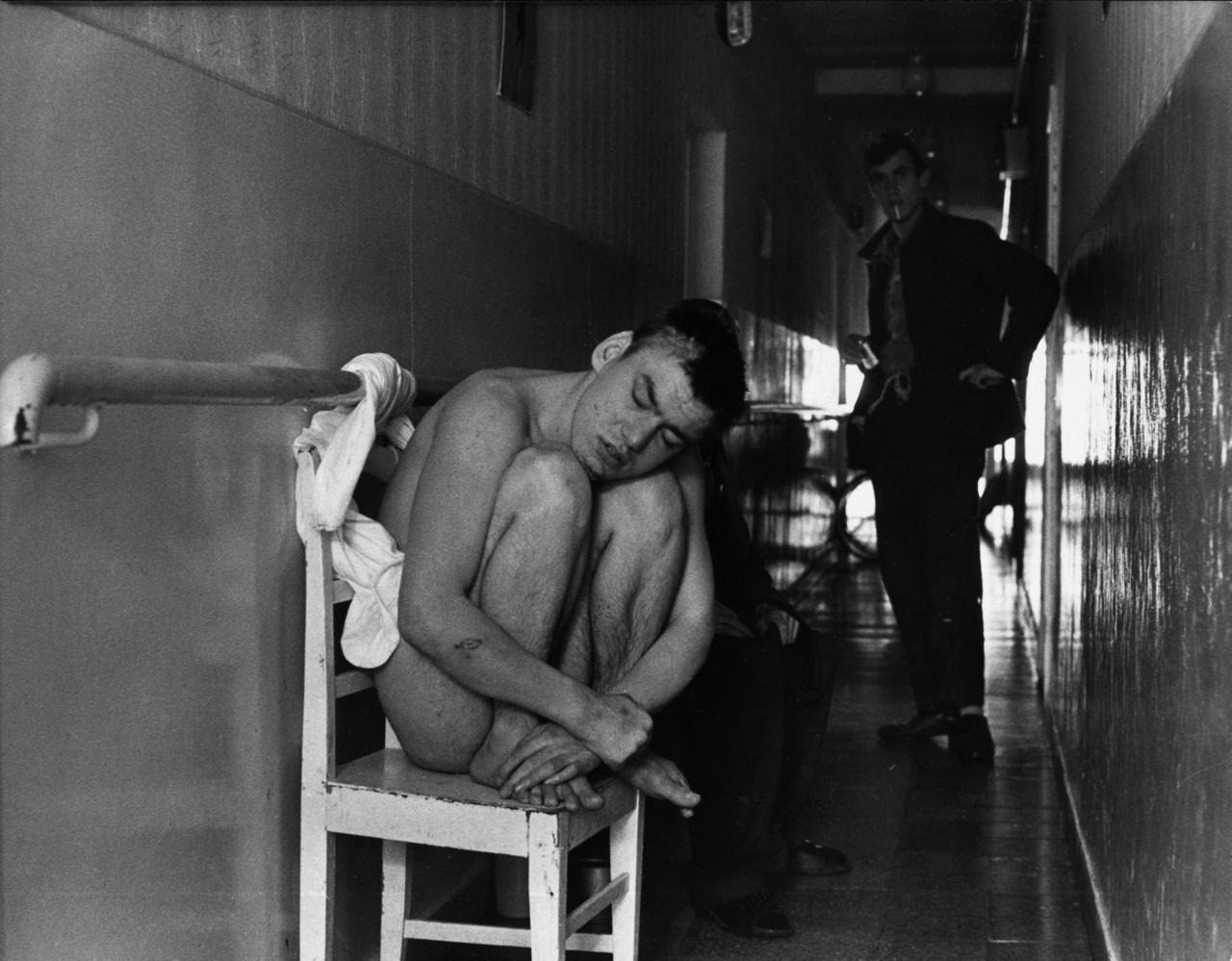 """""""A férfiosztályon nem kevés a piás, szadista, buzi ápoló. (...) Volt azért olyan is közöttünk – például a Róbertban –, aki »kooperált« a homoszexuális ápolóval éjjelente a W. C.-ben. De a Lipót sem kivétel. Volt ott egy közismert buzi ápoló, aki szinte aratott a fiatal szkizofrén betegek között. Tudták, de nem rúgták ki, mert a munkát elvégezte: kipucolta a szart, és kiosztotta a kaját. A legényszállón is volt egy hat-nyolctagú homoszexuális csoport. A rendesebb ápolók sem tehettek semmit, mert ők is féltek tőlük. Ez az egész mind a zárt osztály képződménye, nem a főorvostól függ. A zárt mammutrendszer büntetése."""" (Részlet a Bakonyi-könyv Egy volt beteg szemével című fejezetéből.)"""