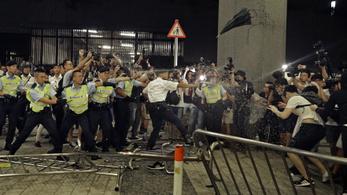 Túlzott erőszakkal vádolják a tüntetők ellen fellépő hongkongi rendőröket