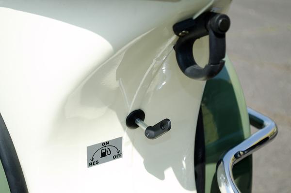 Szatyorkampó a nyereg alatt, alatta a benzincsap