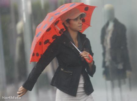Halle Berry Los Angelesben rossz időben