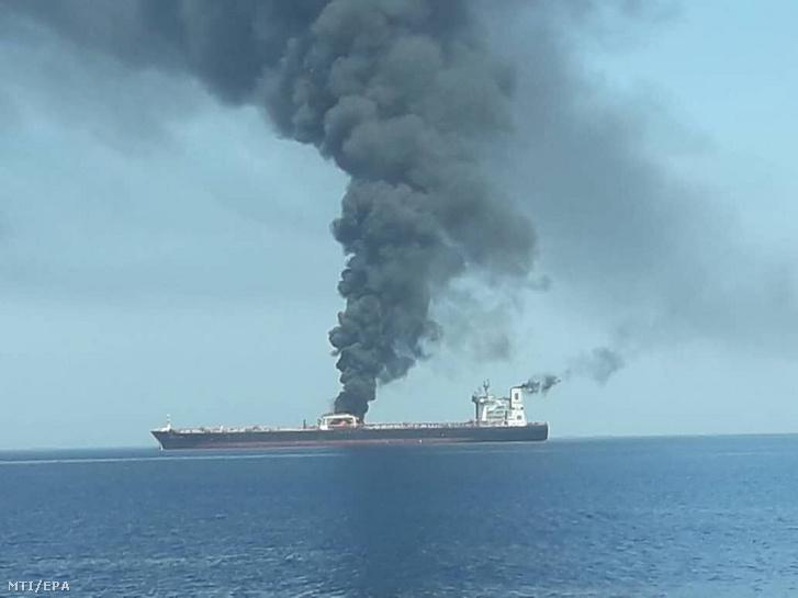Az iráni állami televízió (IRIB) által közreadott kép a füstölgő Front Altair tartályhajóról az Ománi-öbölben 2019. június 13-án. A hajó legénységét evakuálták sajtóhírek szerint a norvég Frontline tengeri szállítmányozó cég Marshall-szigetek felségjelét viselő hajóját támadás érte.