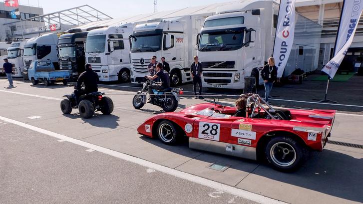 Korok találkozása: quaddal vontatják az ötven éves Ferrari versenyautót
