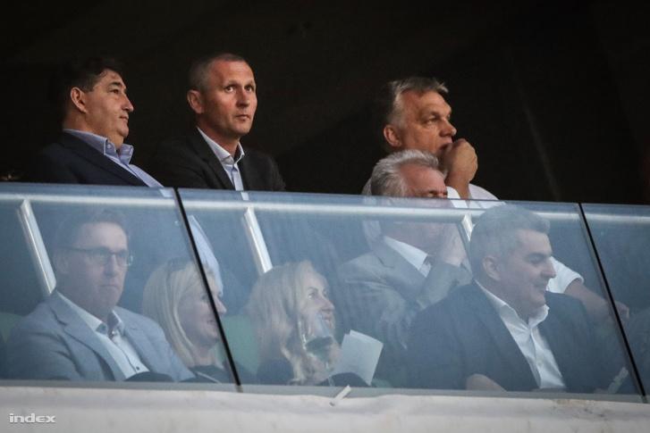 Orbán Viktor miniszterelnök (j) és Mészáros Lőrinc, a Puskás Akadémia elnöke (b) a felcsúti Puskás Akadémia Pancho Arénában játszott Felcsút - Újpest mérkőzésen 2018. május 23-án