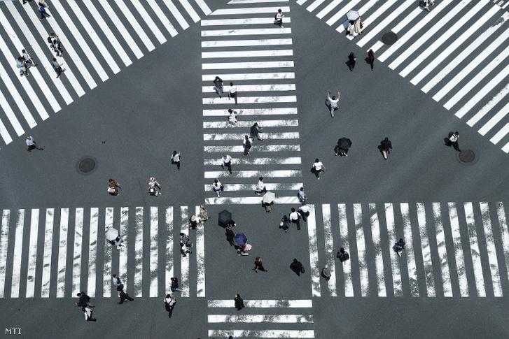 Zebrán közlekedő gyalogosok Tokióban 2019. június 13-án