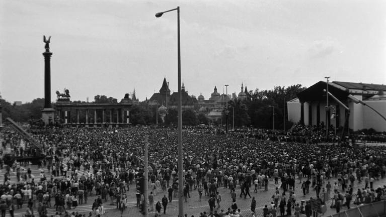 A temetés, amely a rendszerváltás ünnepélye lett