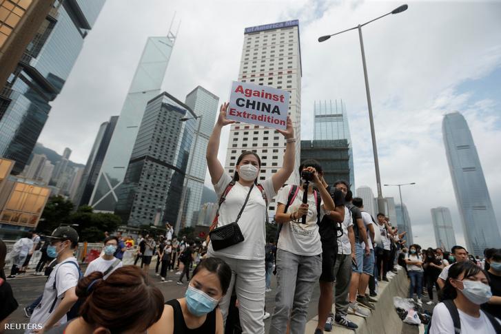 Tüntető tiltakozik a kezében a kínai kiadatás ellen Hongkongban 2019. június 12-én