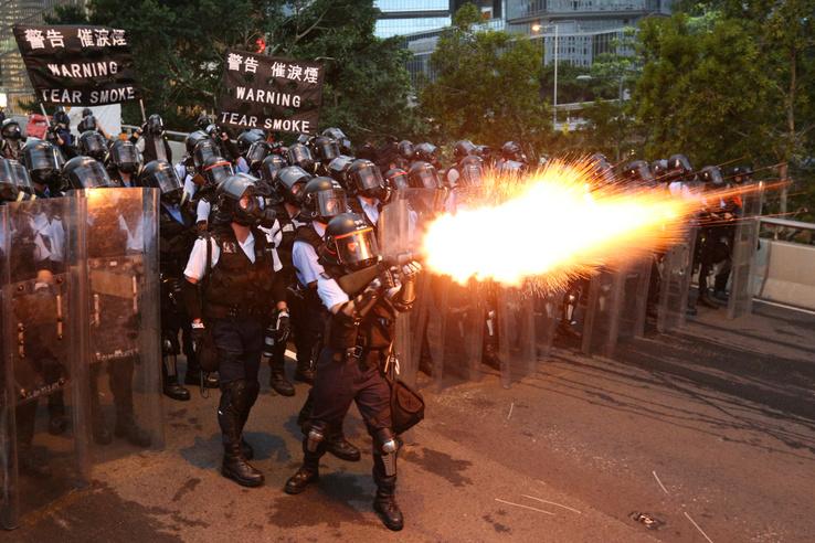 Rohamrendőrök lövik könnygázzal a tüntetőket Hongkongban 2019. június 12-én