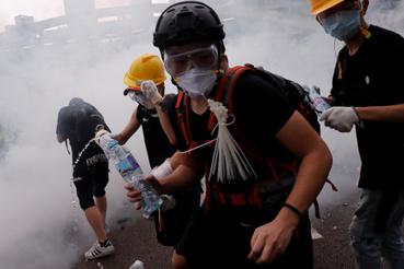 Tüntetőket könnygázzal lövik a rohamrendőrök