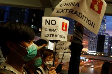 Tüntetők táblákkal 2019. június 13-án