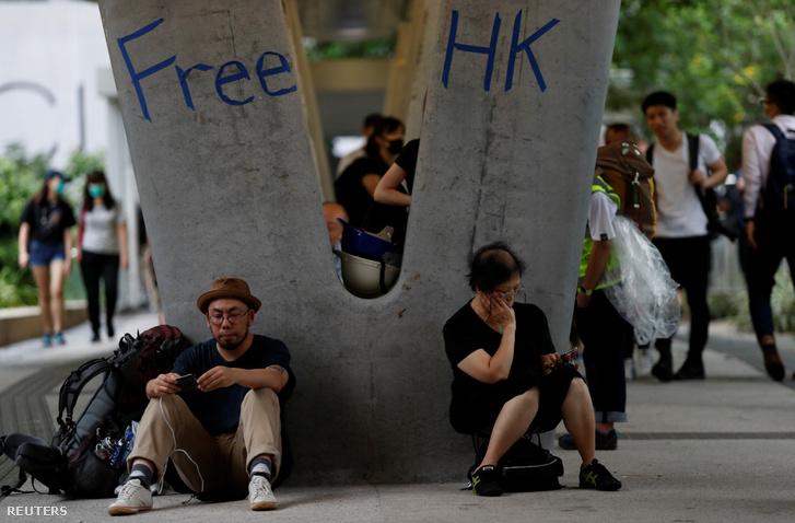 Tüntetés utáni életkép egy hongkongi gyalogoshíd alatt 2019. június 13-án
