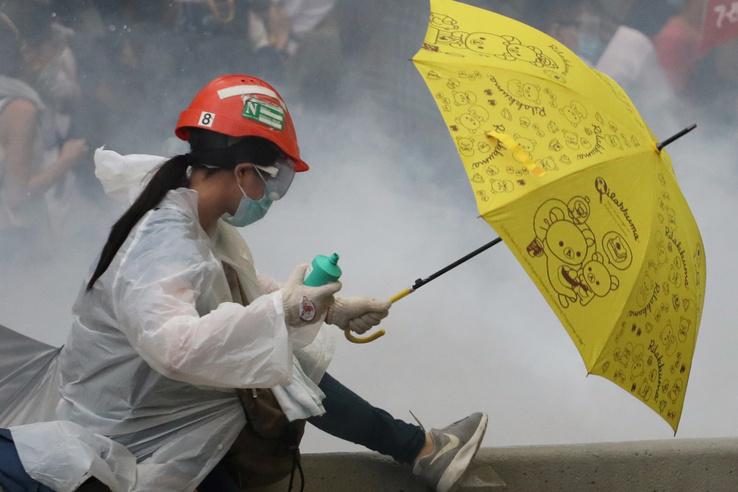 Esernyős tüntető Hongkongban
