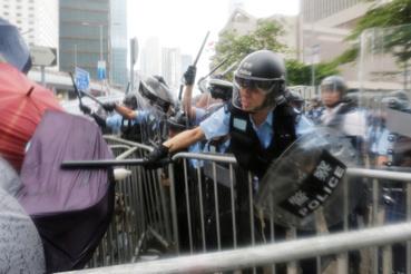 Rohamrendőrök csapnak össze a tüntetőkkel Hongkongban 2019. június 12-én