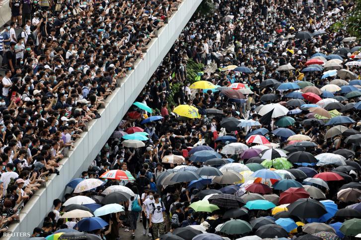 Tüntetők vonulnak az utcán a törvénytervezet ellen tiltakozva Hongkongban 2019. június 12-én