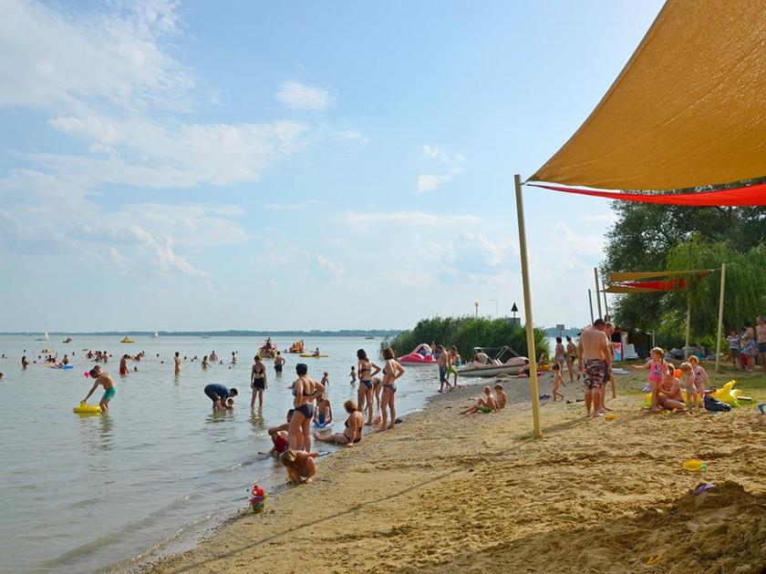 A gyenesdiási Lidó strand békés, homokos partjától szépen belátható az öböl. Lassan mélyül a víz, és sok az árnyékos hely. A Játékstrandon számos gyerekprogramon is részt vehettek. A belépők áráról a község honlapján tájékozódhattok.
