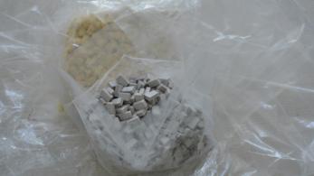 2000 MDMA tablettával a csomagjában motorozott át a piroson Dunakeszin