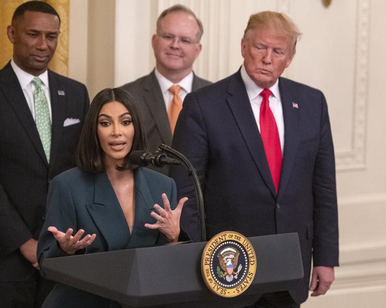 Donald Trump olyan csábos tekintettel nézte végig Kim Kardashian beszédét, amivel talán még feleségét, Melaniát sem ajándékozza meg gyakran