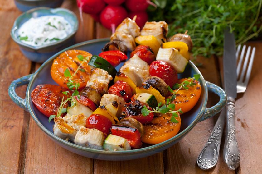 Grillen sült csirkenyárs színes zöldségekkel: ebben pácold a húst