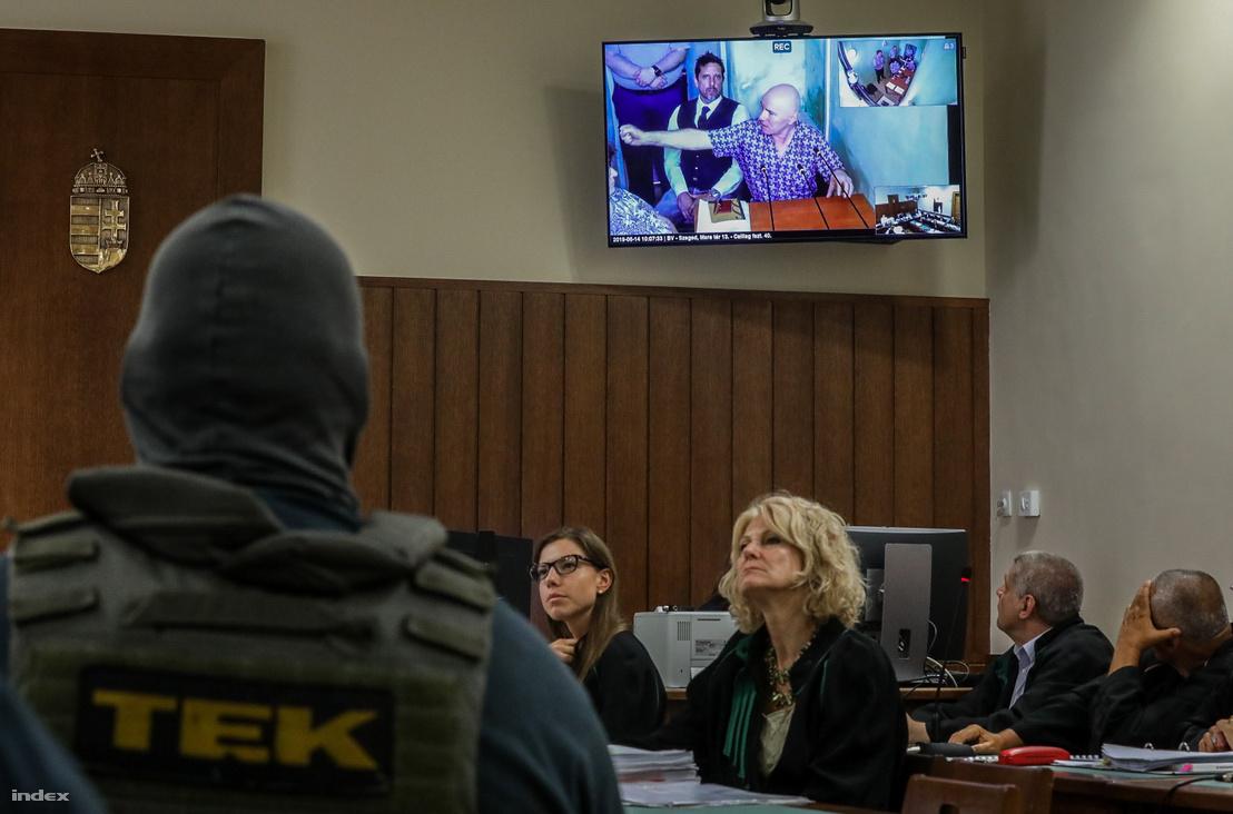 Jozef Roháč mutatja a tárgyaláson, hogyan lőtte le Prisztást