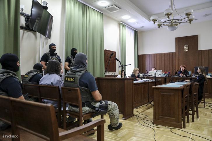 Portik Tamás a tárgyaláson (bal oldalon) TEK őrizetben