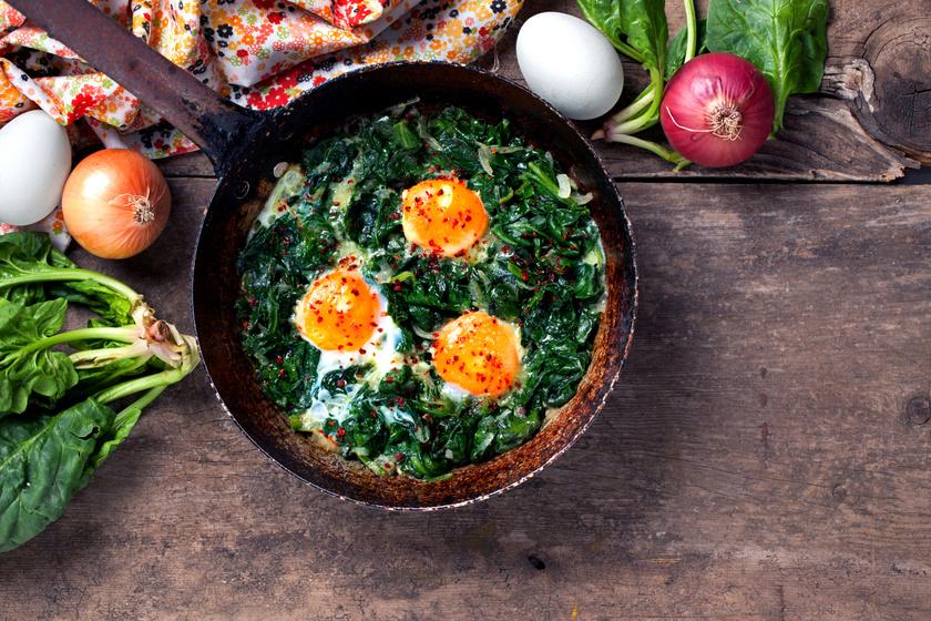 A spenót íze jól illik a tojáséhoz. Akár rántottában, akár tükörtojás mellé nagyon finom. Egy kis paprikával még pikánsabbá tehető a fogás. Reggelire tökéletes, de vacsorára is fogyasztható.