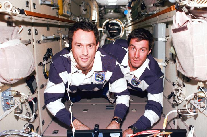 Szergej Krikaljov (jobbra) és James H. Newman dolgoznak a Zarya modulon 1998. december 11-én