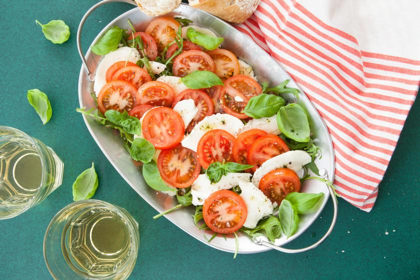 Az olasz Caprese saláta igazi könnyű fogás, ami forró nyári napokon is jólesik. A paradicsomban levő likopin és az extra szűz olívaolajban levő omega-3 zsírsav védi a szív egészségét.