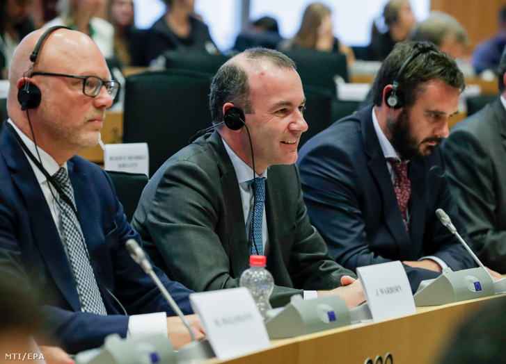 Az Európai Bizottság elnöki posztjára pályázó Manfred Weber az Európai Néppárt (EPP) frakcióvezetője (k) az európai parlamenti pártcsalád alelnökeit megválasztó brüsszeli ülésen 2019. június 5-én.