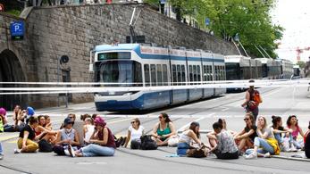 Az egyenjogúságért sztrájkoltak, a házimunkát is felfüggesztették a svájci nők