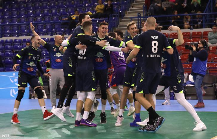 Kecskeméti játékosok miután győztek a férfi röplabda Magyar Kupa döntőjében játszott Kecskeméti RC - LV Sport Pénzügyőr SE mérkőzésen az Érd Arénában 2019. február 16-án.