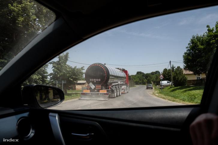 Gyöngyösmellék felé tart az olajszállító kamion