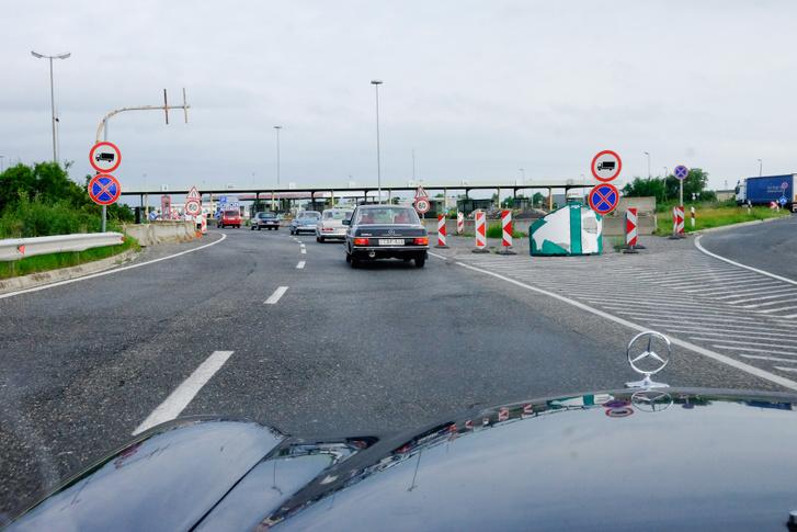 Elnöki konvoj lépi át a határt
