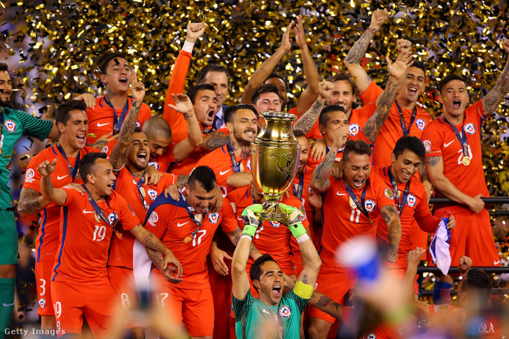 Chile emelte a trófeát, miután Argentínát legyőzte, hogy 2016 június 26-án megnyerje a Copa America Centenario bajnokságot a MetLife Stadionban.